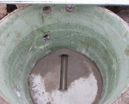 Totalrenovering av kum innebærer også støping av ny bunn og renne.