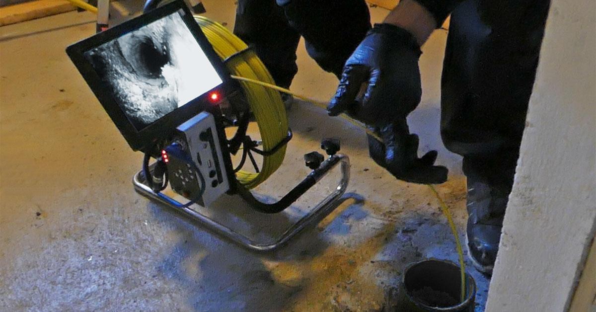 Et fjernstyrt kamera føres inn i røret og filmer det fra innsiden.