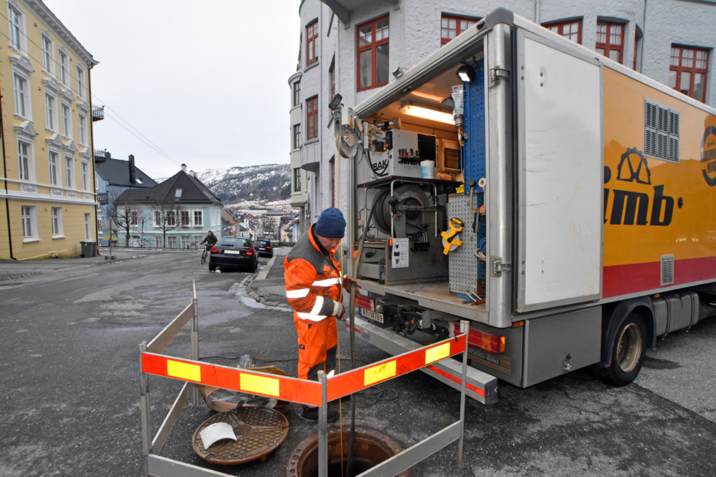Operatør fra Olimb Rørfornying inspiserer avløpsrør med robotkamera før strømperenovering (Bergen)
