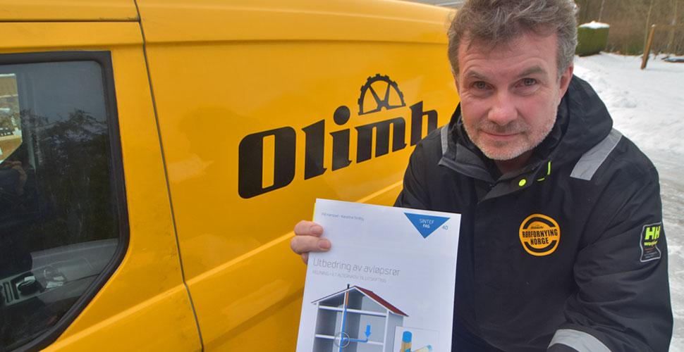 Olimbs Frode Berntzen med SINTEF-rapporten som slår fast at innvendig rørfornying er å betrakte som en like god løsning som et helt nytt rør.
