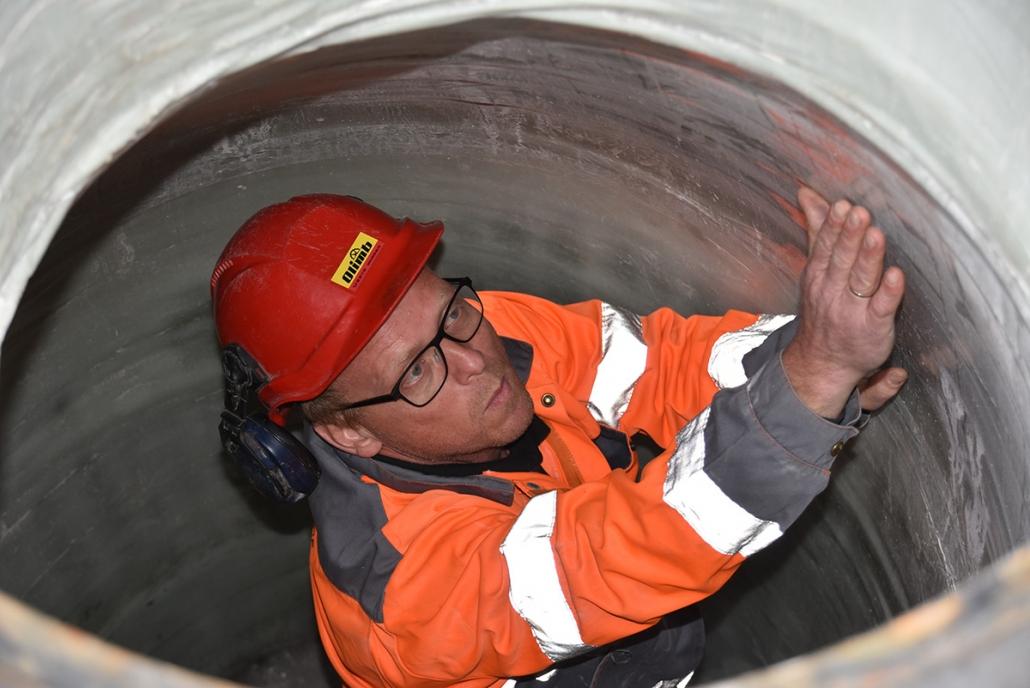 Salgssjef Svein Rune Myhre i Olimb Rørfornying inspiserer en rehabilitert kum.