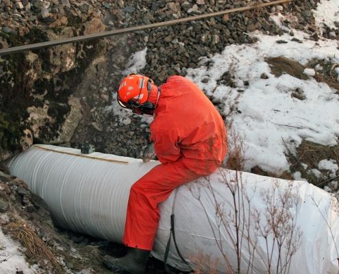 Strømpeforing i steinkiste under jernbanen.